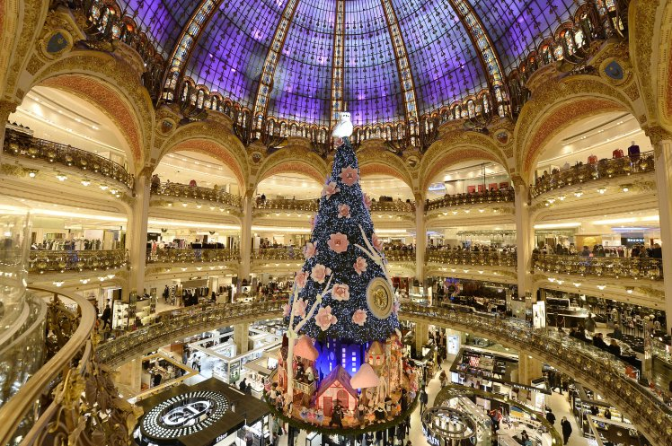 Paris-Galeries-Lafayette-installed-its-magnificent-Christmas-tree